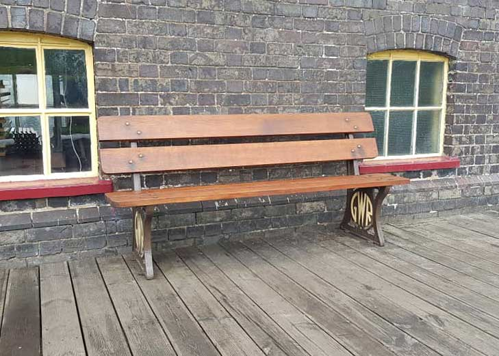 Retostrored Bench